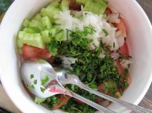 Zwiebeln und Schnittlauch auf dem Salat