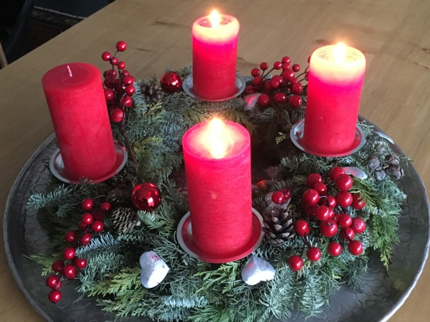 Adventskranz mit drei angezündeten Kerzen Weihnachten Hausfrau