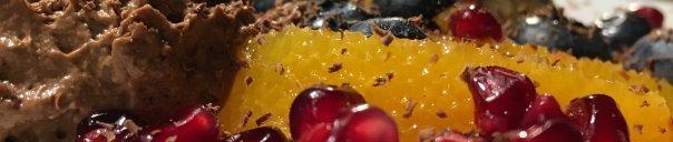 mousse au chocolat mit Granatapfel, Orange und Blaubeeren