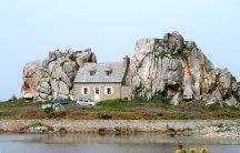 Bretagne Haus zwischen Steinen