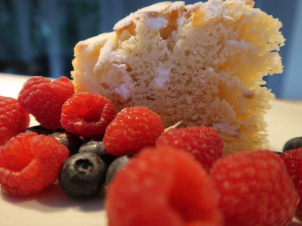 Kuchen mit Himbeeren und Blaubeeren